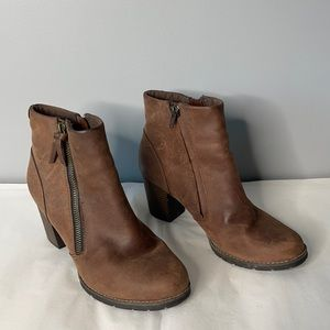 """Clarks brown genuine leather 3"""" stacked heel round toe zippered ankle bootie 8"""